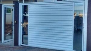 Portão de alumínio com vidro