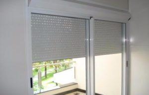 janela de aluminio com persiana